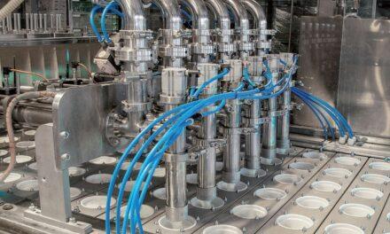Ultraschallsensor mit trickreicher Verschraubung hält Reinigungsintervallen in der Lebensmittelindustrie stand