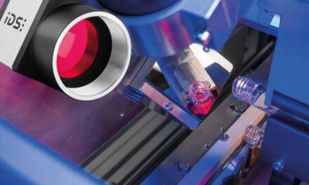 Intelligentes Mehrkamerasystem prüft Impfstoff-Flaschen